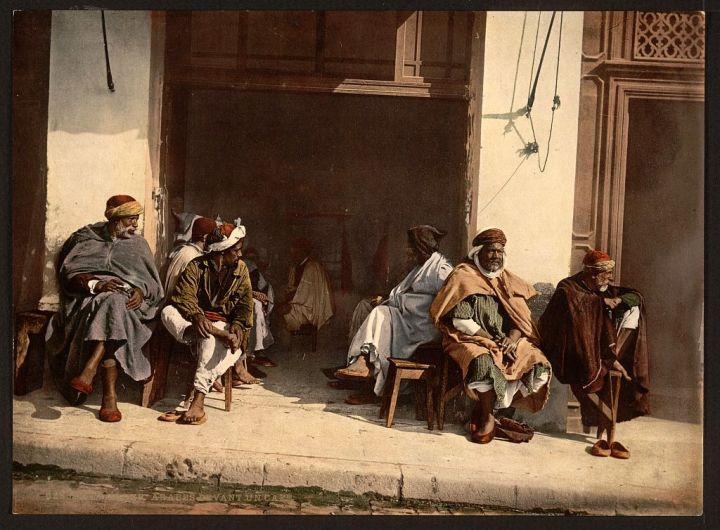 Arabes devant un café Alger