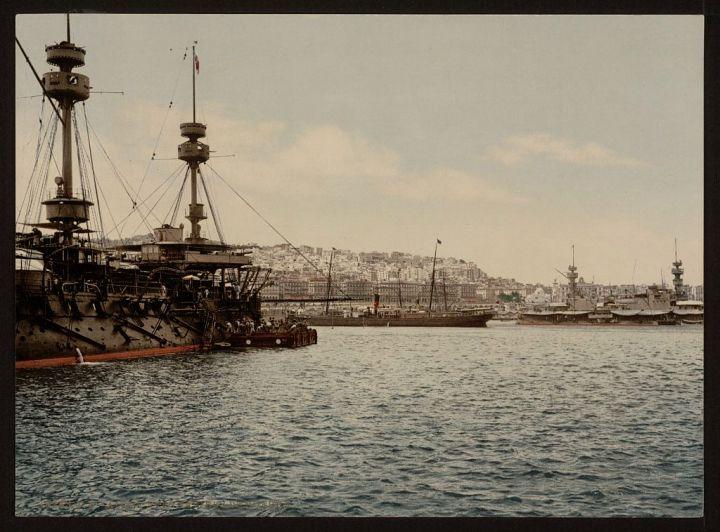 avec les navires de guerre Alger