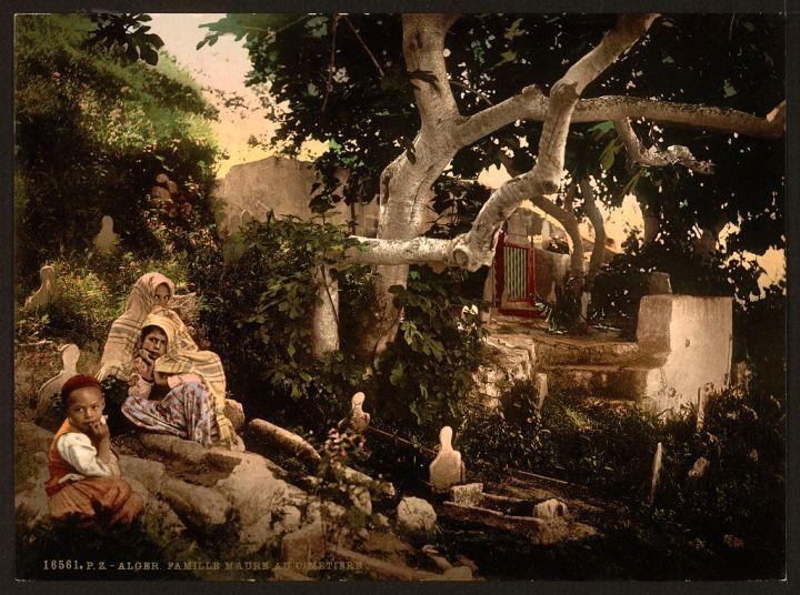 Famille maure au cimetière Alger