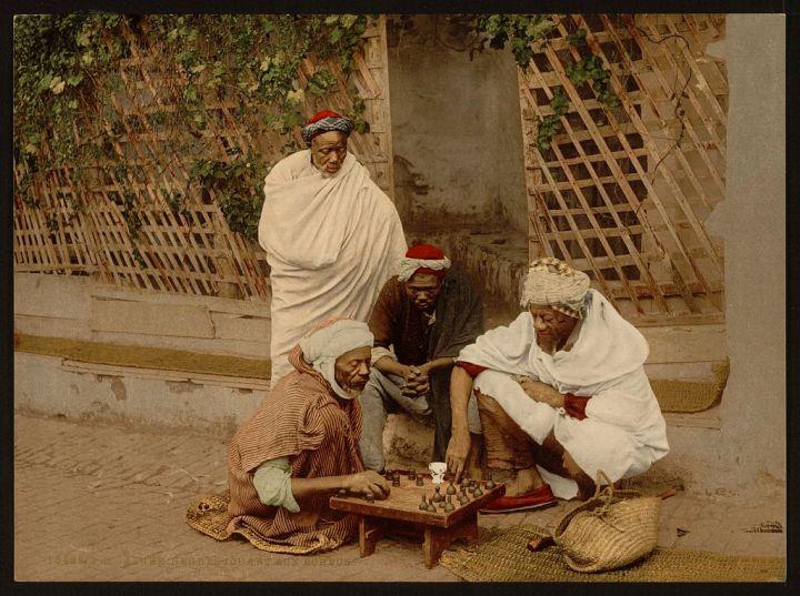 hommes jouant aux échecs Alger
