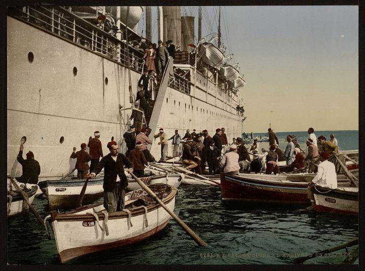passagers débarquant d'un navire Alger